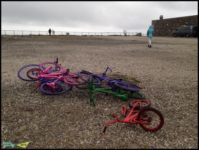 Норвежцы украшают вывески и фасады покрашенными убитыми велосипедами. На Нордкап они встречают посетителей.