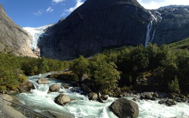 От ледника берет разбег речка