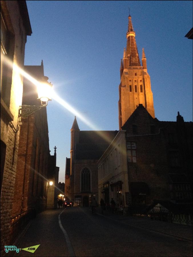 Церковь Богородицы.13-15 века. 122метра. Самое высокое здание в Брюгге. Тут хранится статуя Мадонна с младенцем (Микеланжело) из белого мрамора