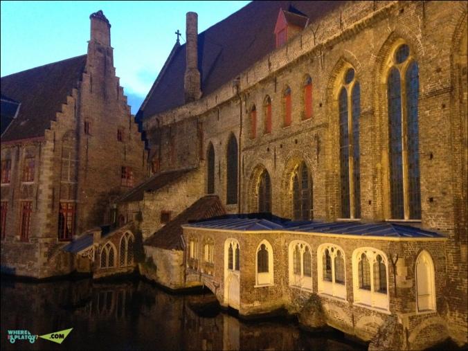 Впечатляющая больница Сент-Джонса и музей Мемлинг.один из старейших средневековых приютов. 12 век. Тут Предоставлялся уход и жилье больным согражданам и бедным путешественникам. В музее картины Ганса Мемлинга