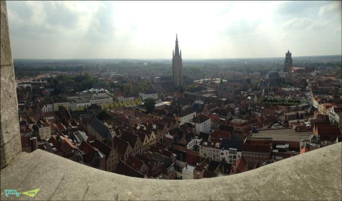 Вид на город с Башни. Слева церковь Богоматери. Справа собор святого спасителя.