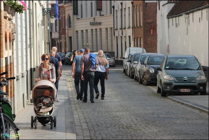Город днем совсем малость в транспорте.