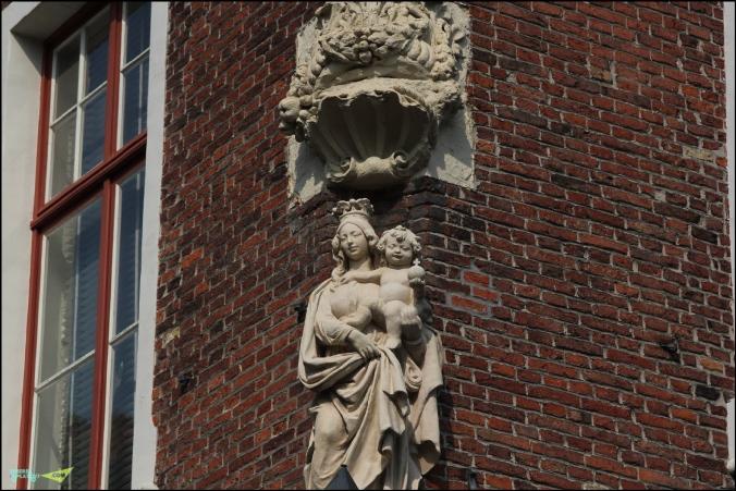 Повсеместно в городе, чуть ли не на каждом углу дома- фигурка девы Марии с младенцем.