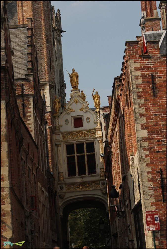Самая узкая улица Брюгге-улица Слепого Осла. По легенде осликам глаза завязывали, чтобы они не боялись прохода по узкой улице и везли грузы на рыночную площадь.