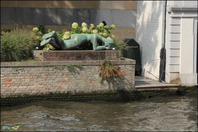 И вот такая примечательная скульптура. Вообще их великое множество в городе, в основном Лошади и Женщины. Они прекрасны!