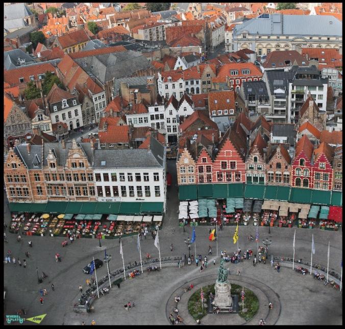 Вид на северную часть рыночной площади. На переднем плане красивые домики с кафешками внутри