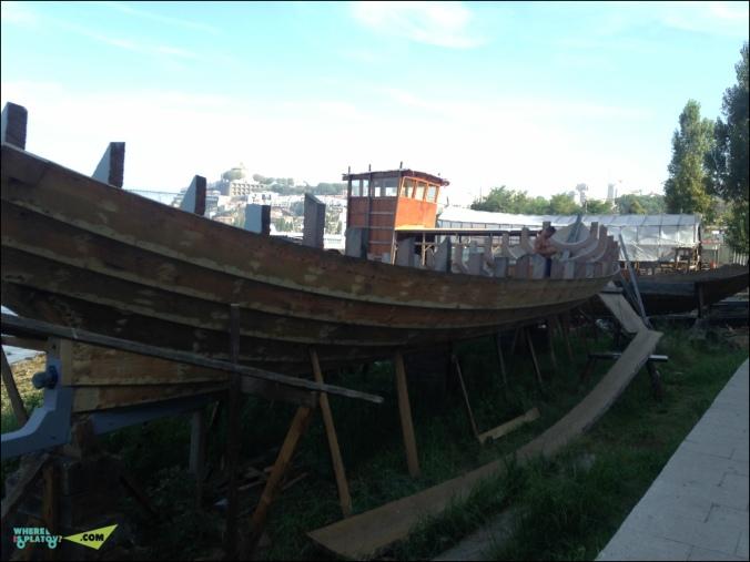 На набережной можно понаблюдать за строительством и реставрацией лодок.