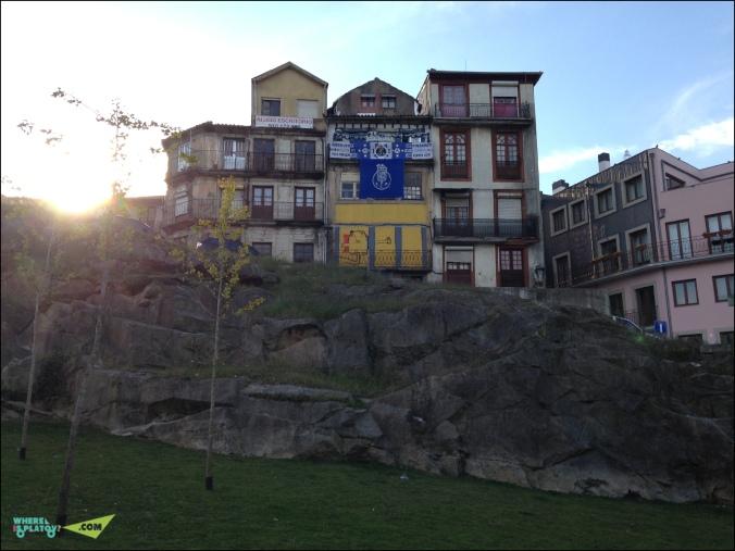 Фанаты местного немалоизвестного футбольного гранда Порто.