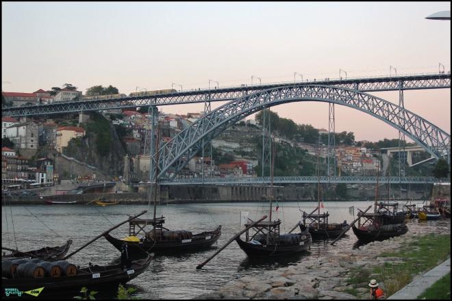 Традиционные лодки, называемые «баркуш рабелуш» (barcos rabelos).