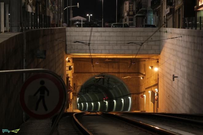 Линия легкого метро. Проходит по мосту Луиша и ныряет в тоннель.