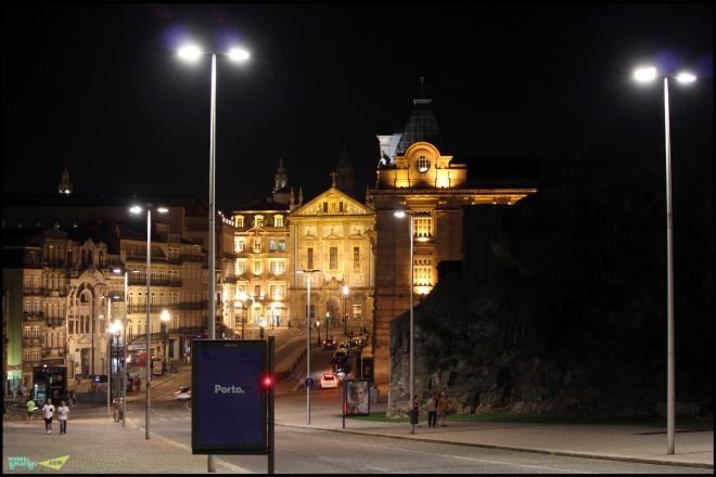 Ночной Порто. Вид на вокзал Сао Бенто.
