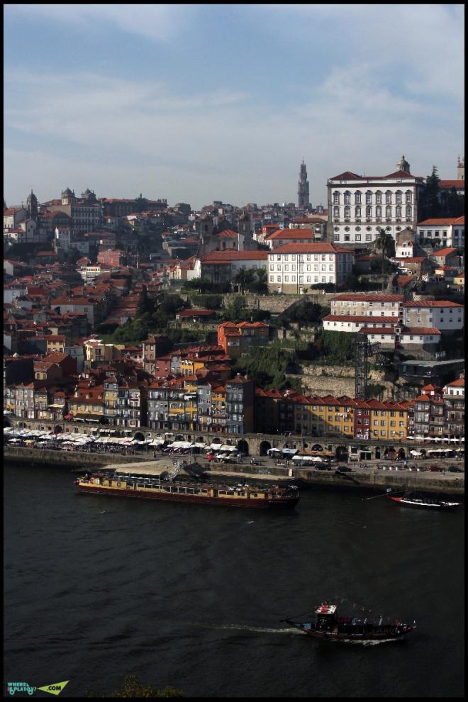 Вид на Исторический центр, набережную Рибейра и башню Torre dos Clerigos.