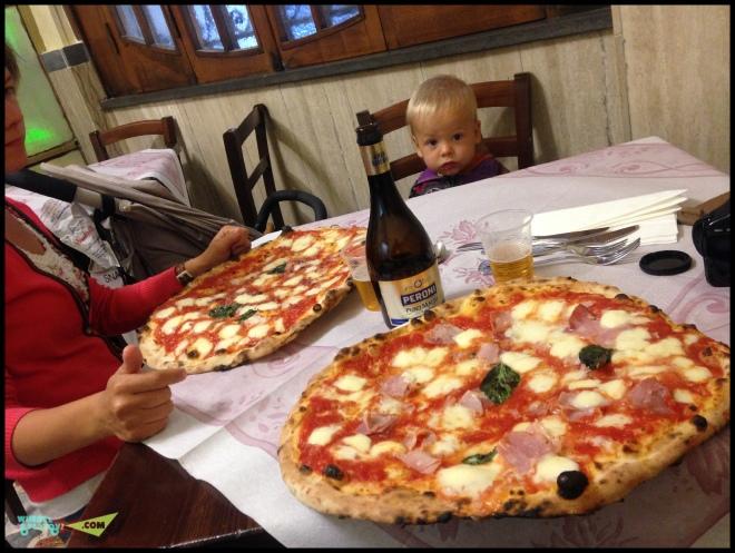 Пиццулю спокойно кушаем в Неаполе.