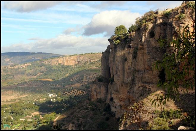 Парк расположен на этой отвесной скале
